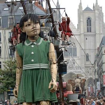 今春、リヴァプールに少女の巨大マリオネットが登場!