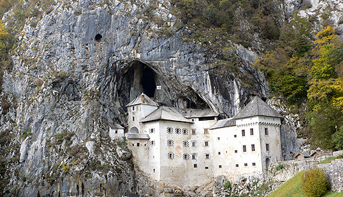 ヨーロッパに現存する唯一の洞窟城、プレドヤムスキ城