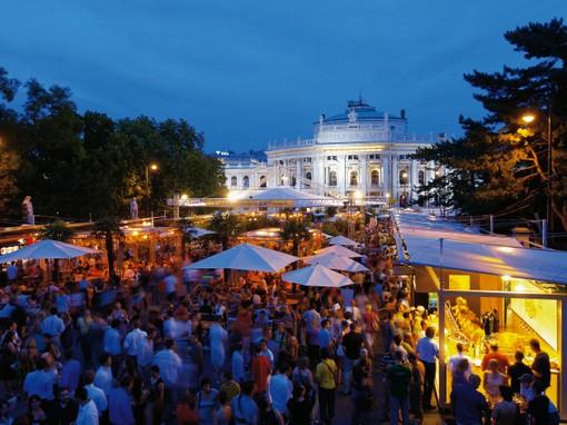 ウィーン市庁舎前広場で音楽映画フェスティバル開催