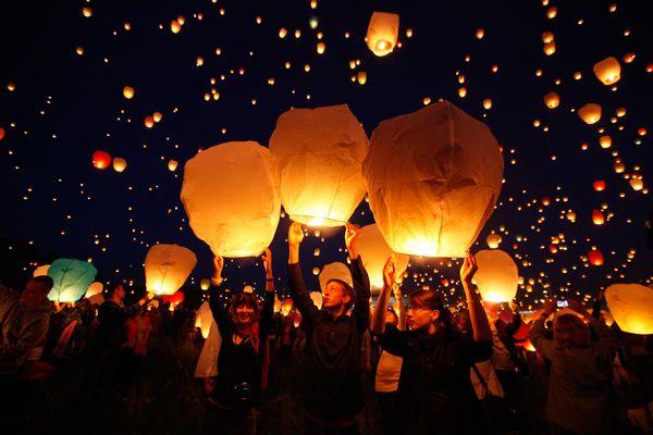 満天のスカイランタンが舞う聖ヨハネの夜祭