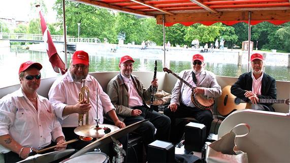 オーデンセ川でジャズ・クルーズを楽しむ