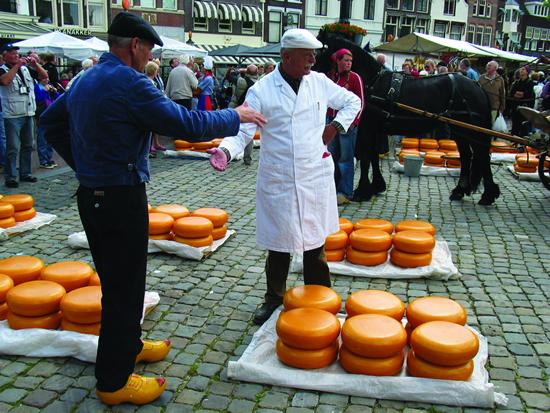 オランダ伝統のチーズ市