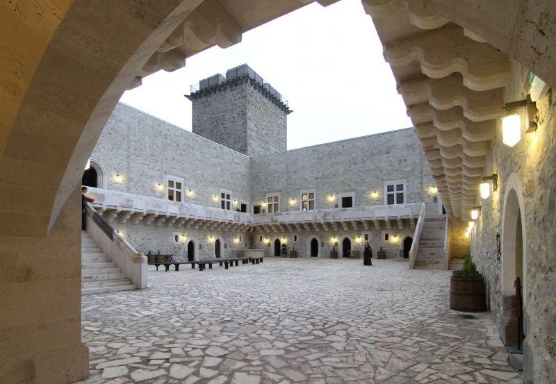 往年の姿を取り戻したミシュコルツの「ディオーシュジュール城」