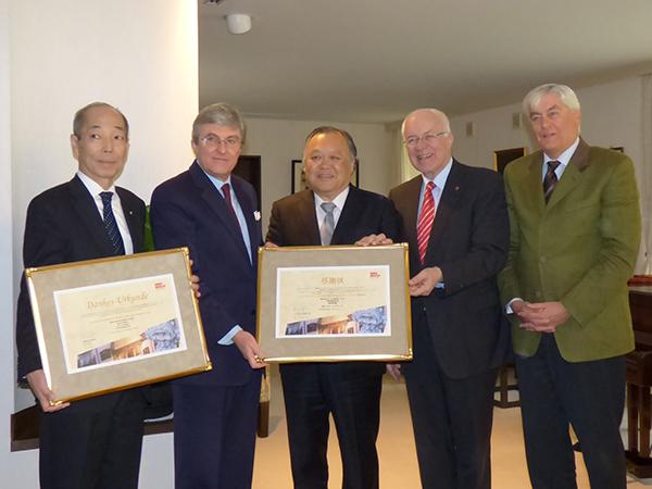 インスブルック市がワールド航空サービスに感謝状と勲章を授与