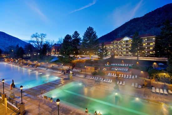 世界最大の温泉プール「グレンウッド・ホットスプリングス」