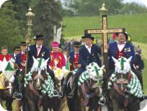 バイエルンで世界最大の騎馬巡礼行を見る