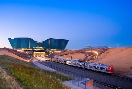 デンバー国際空港と市中心部を結ぶ列車が開通