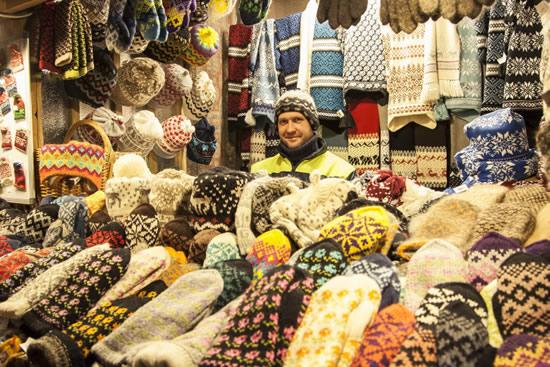 ラトビアの工芸品が並ぶリガのクリスマスマーケット
