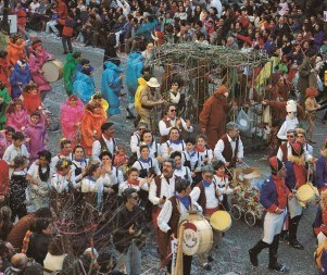 スペインで陽気なカーニバルを体験する