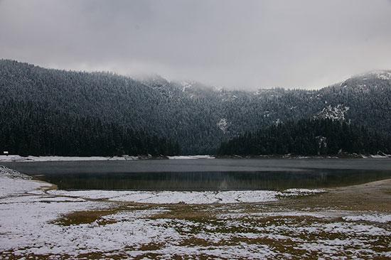 初冬のドゥルミトル国立公園内の湖畔