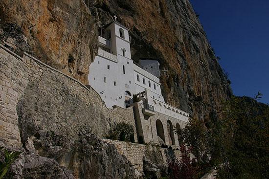 山の断崖に建てられたオストログ修道院