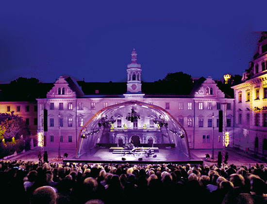 侯爵家が暮すレーゲンスブルクの宮殿で音楽祭を楽しむ