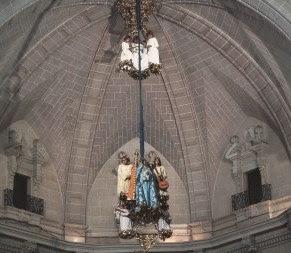 神秘的なエルチェの宗教劇祭