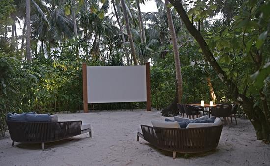 静寂なジャングルで映画?! セントレジス・モルディブのシネマ鑑賞付き特別ディナー