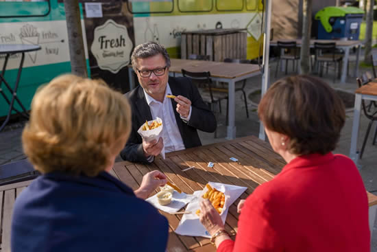 レトロなトラムでベルギーの国民食「フリッツ」を味わう!