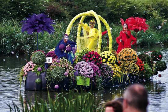 ウェストラントの「水上花パレード」でオランダの夏を満喫する