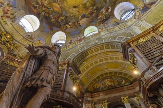 「オーストリア国立図書館」の美しいバロックホールで創立650周年の特別展を開催中