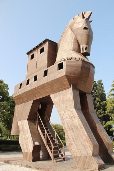 遺跡入口の木馬