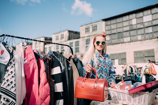 エストニアでフリーマーケットフェスティバルを楽しむ
