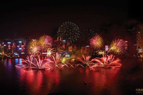 2019年は香港のハーバーを彩る花火と音楽のショーで幕開け