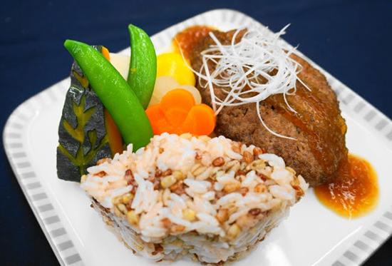シンガポール航空、ボーイング787-10の福岡就航1周年を記念した特別メニューを提供