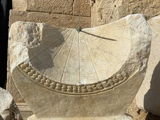 トルコのアナトリアで2,000年前の「日時計」が発見