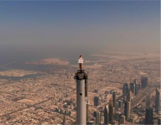エミレーツ航空、客室乗務員が世界一の高層ビル「ブルジュ・ハリファ」の頂上に立つ最新CMを公開